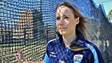 Dual international cricketer and footballer Ellyse Perry signs with Sydney FC.
