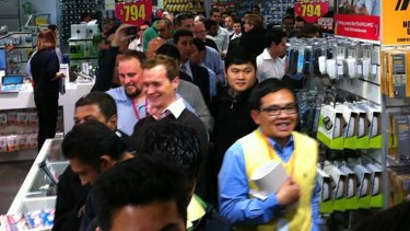 """The TouchPad queue at Harvey Norman Martin Place in Sydney. Photo:  <a href=""""http://twitpic.com/69swg5"""">Derek Jenkins</a>"""