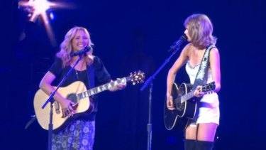 Taylow Swift and Lisa Kudrow sharing the stage at Swift's final LA show.