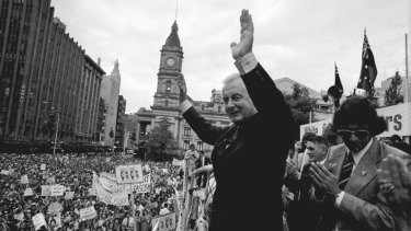 Gough Whitlam addressing a Melbourne rally in 1975. The Whitlam government was beset by leaks, including those exposed by journalist Mungo MacCallum.