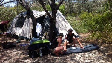 Many disappointed campers are packing up on North Stradbroke Island due to the bushfire threat. Photo: Renae Henry/Ten News, via Twitter.