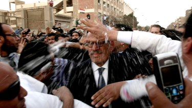 Islamist protesters in a poor Cairo neighbourhood attack moderate opposition leader Mohamed ElBaradei.