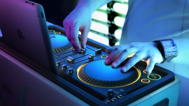 Solid grounding: The Philips M1X-DJ in action.