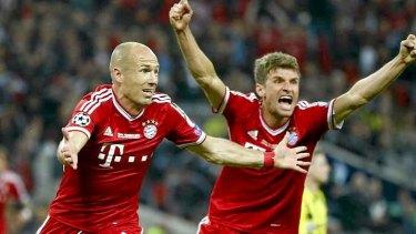 Arjen Robben (L) celebrates with Thomas Mueller (R), after scoring the winner.