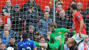 Last-gasp equaliser … Everton's Steven Pienaar fires past Manchester United goalkeeper David de Gea to make it 4-4.