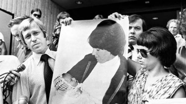 Michael and Lindy Chamberlain outside Alice Springs Courthouse in 1981 after the first inquest into Azaria's death.
