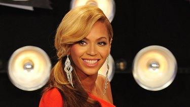 Beyonce walked the black carpet, cradling her burgeoning bump.