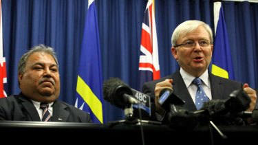 Prime Minister Kevin Rudd signs a memorandum with President of the Republic of Nauru, Baron Waqa, regarding asylum seekers who will be processed and can settled on the Pacific Island nation.