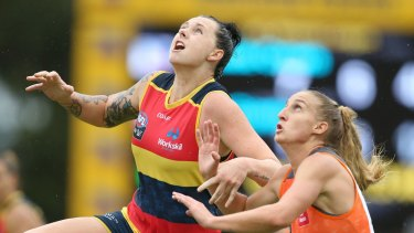 Crows' Rhiannon Metcalfe competes with Giants' Clare Lawton during the opening round.