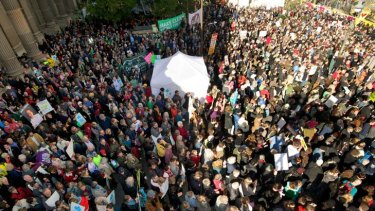 Yes we can! A crowd gathers in front of the State Library yesterday in support of strong action to cut carbon emissions.