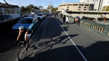 A single, northbound bike lane will be built along Princes Bridge between Flinders Street Station and Federation Square as part of a three month trial, removing a lane of vehicle traffic.