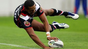 Glen Fisiiahi of the Warriors scores his third try against the Tigers.