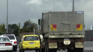 dob020405.001.013.jpg.  Sunday age news.  Pic by Dominic O'Brien.  Story by Dan Silverman on traffic infringements.  A tailgating truck on the Monash freeway.