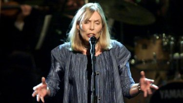 Joni Mitchell singing in New York in 2000.