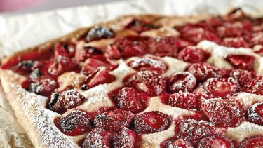 Fast focaccia with strawberries.