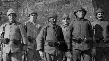 A line of Turkish soldiers preparing to defend their homeland at Gallipoli.