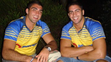 Tim Mannah (L) with his brother Jon in 2008.