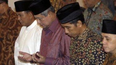 Prabowo Subianto, President Susilo Bambang Yudhoyono and Joko Widodo praying at the State Palace in Jakarta.