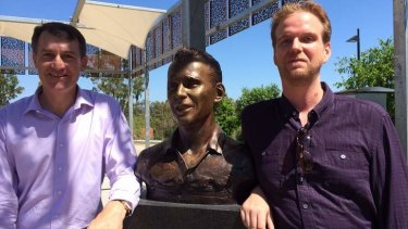 Lord Mayor Graham Quirk and Julian Fletcher with the bust of Ken Fletcher at the Queensland Tennis Centre.