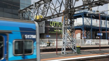 The Federal Government threatens to withhold funding unless South Yarra station is included in the Metro Rail Project.
