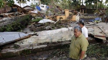 The Prime Minister of Samoa, Tuilaepa Lupesoliai Sailele Malielegaoi, inspects the damage.