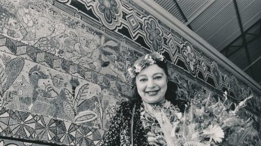 Mirka Mora unveils her mural at Flinders Street Station in 1986.