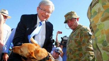 Kevin Rudd meets Kell, an explosives detecting dog at Robertson Barracks in Darwin.