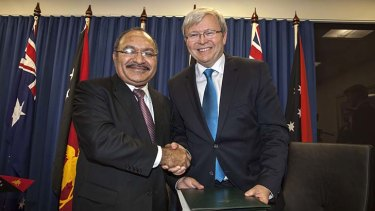 Kevin Rudd signs a deal with Papua New Guinea's Prime Minister Peter O'Neill.