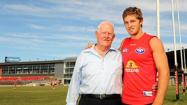 Western Bulldogs supporter Eddie Sutherland and midfielder Callan Ward, the grandson of Bill Gunn.