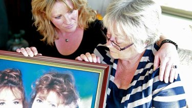 No faith in police investigation ... Kylie Curnuck and Jenny Vaughan looking at a photo of Janine Vaughan who went missing in Bathurst in December 2001.