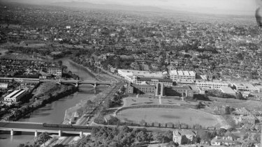 No highrises ... an aerial view of South Yarra from 1950 showing the Yarra River, Melbourne High School and a skyline devoid of buildings.