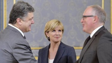 Ukrainian President Petro Poroshenko (left) welcoming Dutch Foreign Minister Frans Timmermans and Australian Foreign Minister Julie Bishop prior their talks in Kiev.
