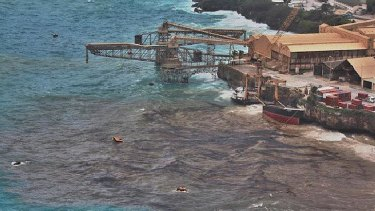 The 'Tycoon' splits in half, sending oil and phosphate into the sea at Christmas Island.