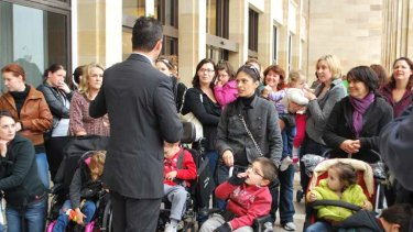 Opposition Education spokesman Ben Wyatt talked to parents outside State Parliament today.