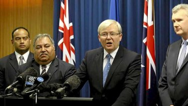 Prime Minister Kevin Rudd and Nauru President Baron Waqa announce a deal that will see the tiny Pacific nation take asylum seekers.