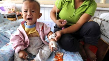 A child suffering from kidney staones receives treatment in Hefai, Anhui province, in the wake of the tainted-milk scandal.