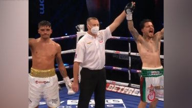 Australia's George Kambosos Jr has beaten Lee Selby by split decision in their IBF lightweight world title eliminator.