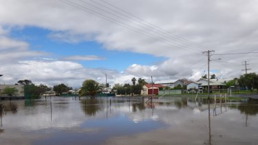 While 1000 people were evacuated from the town, some residents have chosen to stay and not heed SES warnings.