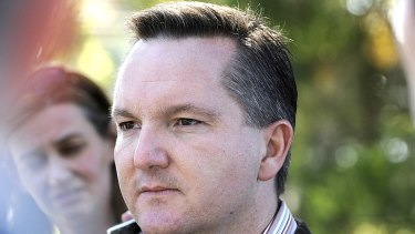 Immigration Minister Chris Bowen will sign a deal in Kuala Lumpur tomorrow to send 800 asylum seekers to Malaysia.