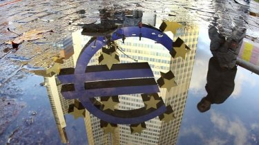 The Euro sculpture in front of the ECB reflected in a puddle: Things are being turned upside down with negative interest rates.