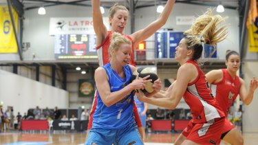 Bendigo's Heather Oliver wrestles for the ball with Perth's Sami Whitcomb on Sunday.