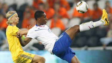 Ukraine's Anatoliy Tymoschuk (L) challenges the Netherlands' Leroy Fer during their friendly soccer match in Donetsk.