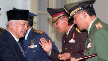 Indonesian President Suharto (left) shakes hands with Jakarta military commander Major-General Sjafrie Sjamsoeddin.