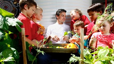 Chef Jared Ingersoll explores some unmodified ingredients with students from Darlington Primary School.