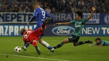Chelsea's Fernando Torres  beats Schalke goalkeeper Timo Hildebrand.