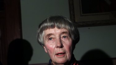 Dame Leonie  announces her resignation as  University of Sydney chancellor in 2001.