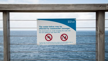 A warning on the boardwalk near Diamond Bay.