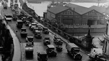 Traffic on Pyrmont Bridge in 1935.
