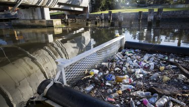 Much rubbish from the Yarra River is flowing into Port Phillip Bay