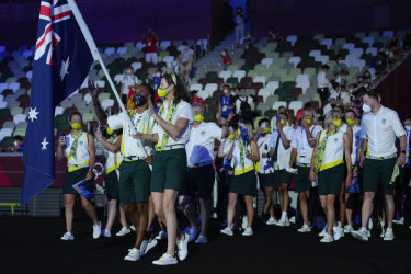 Patty Mills and Cate Campbell carry the Australian flag into the opening ceremony.